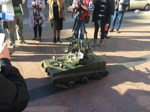 Корреспонденты фотографируют танк, танк наводит свои камеры на корреспондентов