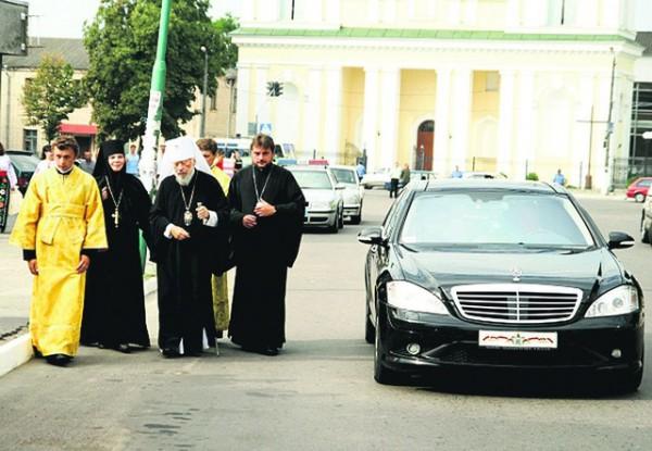 В Киевском патриархате ездят на Мерседесах и Лексусах