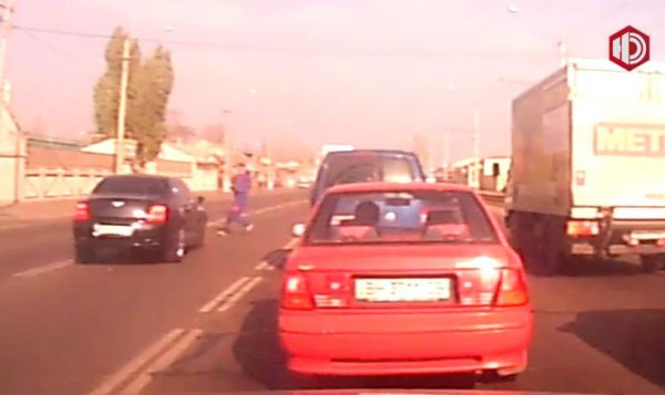 Очевидец заснял, как пешеход выбежал на дорогу