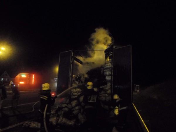 На трассе загорелся прицеп с углем