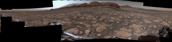 Марсоход Curiosity использовал свой инструмент Mastcam, чтобы сделать эту 360-градусную панораму Мон-Мерку на фоне горы Шарп 3 марта 2021 года