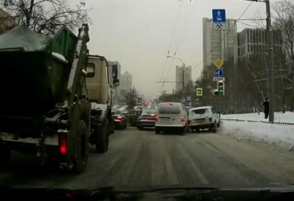 Аварии случались даже на перекрестках, где скорость минимальна