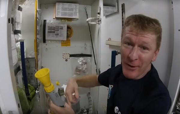 Астронавт показал принцип пользования туалетом