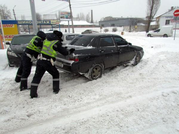 Гаишники также помогают водителям выбраться из сугробов