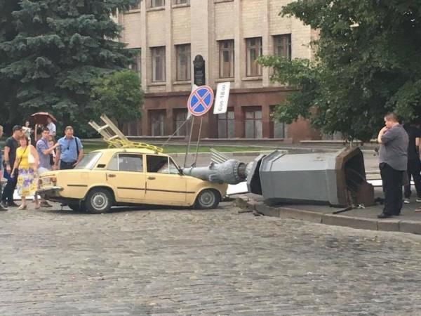 В Харькове столб упал на Жигули с водителем