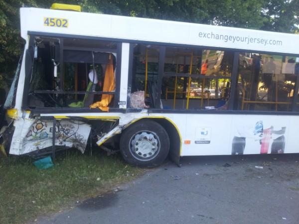 В аварии пострадали шофер и шесть пассажиров автобуса