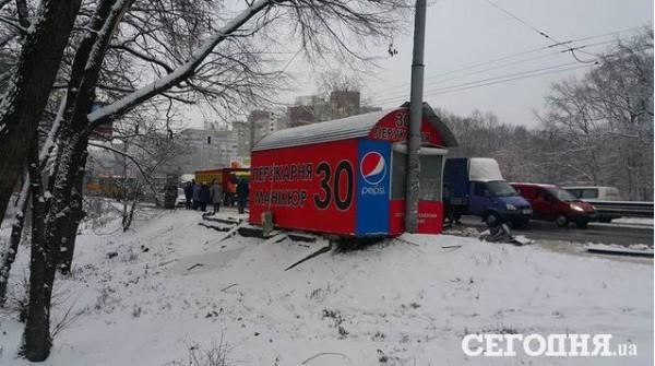 В Киеве фура снесла остановку, пострадали семь человек
