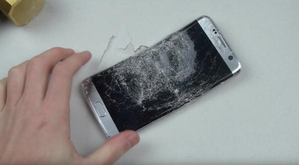 Кувалда нанесла смартфону тяжелые увечья