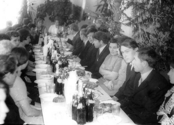 Советская пьянка - это километровый стол, усеянный едой и выпивкой