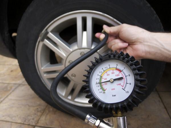 Как измерить давление в шинах
