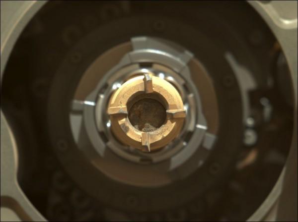 На этом изображении, сделанном марсоходом Perseverance 1 сентября 2021 года, показан образец с сердечником в одной из титановых пробирок робота. Трубка была герметично закрыта 7 сентября