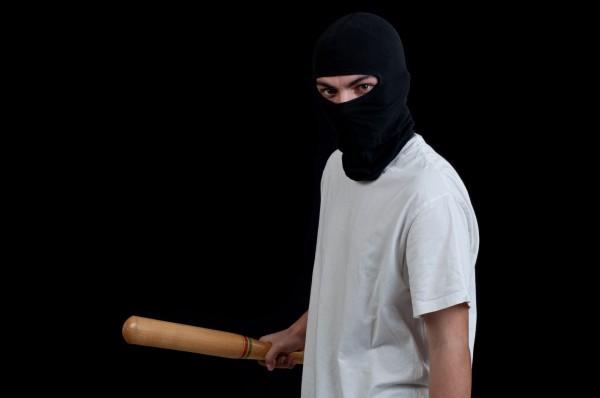 Преступник был вооружен битой