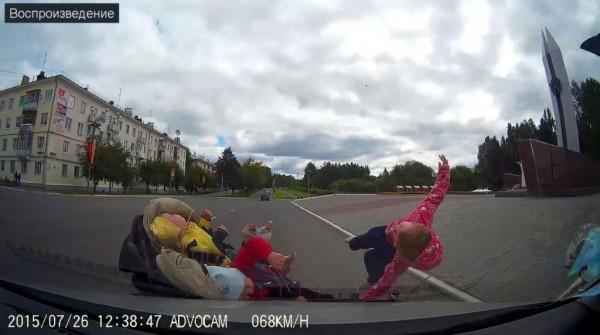 Автомобиль сбил коляску с детьми
