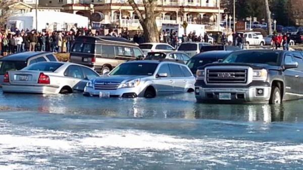 Автомобили провалились под лед