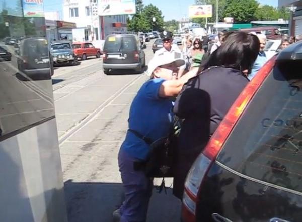Женщину-водителя  ударили кулаком по лицу