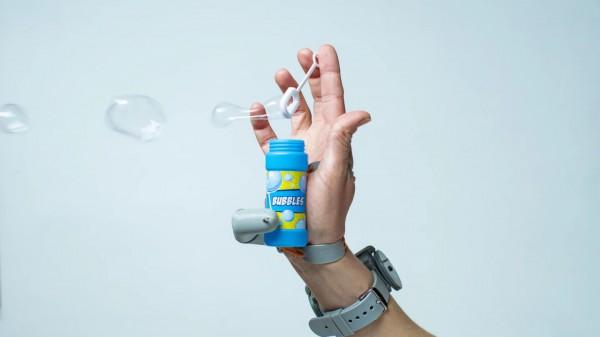 Палец активируется датчиками давления под пальцами ног
