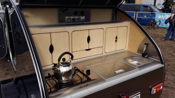 Кухня с холодильником и газовой плитой