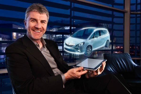 Главный дизайнер Opel Марк Адамс с «голограммой» нового Opel Zafira