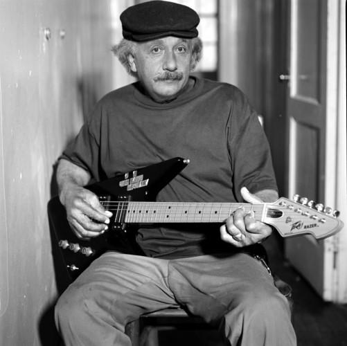 Эйнштейн не только кривлялся, но и рок-н-роллил на гитаре