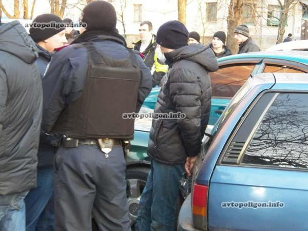 Одного вора посадили в милицейский Renault, а второму надели на лицо медицинскую маску