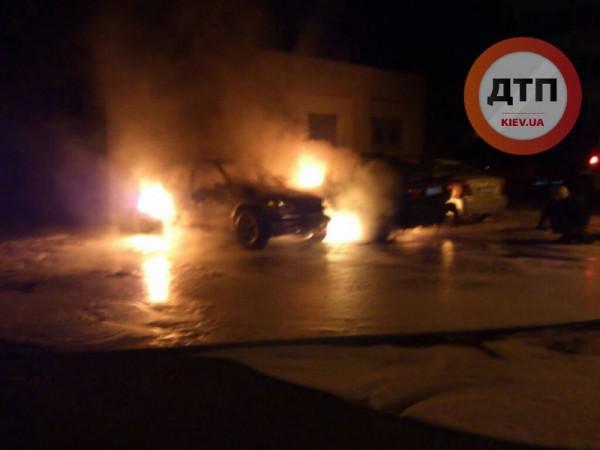 Ночью в Киеве сгорели два авто
