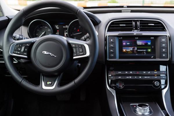 Торпедо Jaguar XE R-Sport