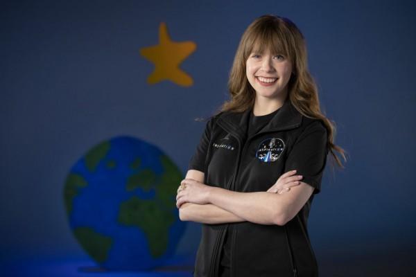 Хейли Арсено, 29-летняя женщина, пережившая рак костей в детстве, будет выполнять обязанности врача в частной миссии Inspiration4.