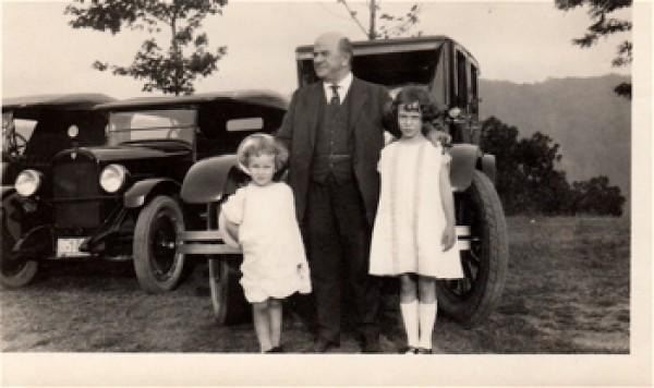 Изобретатель с внучками в 1925 году