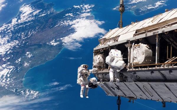 Космонавты проведут в космосе более шести часов