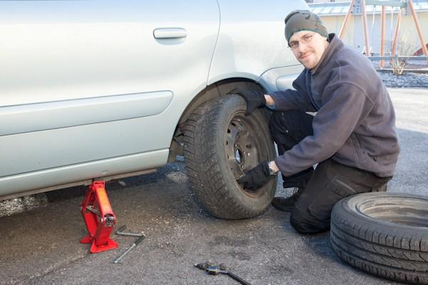 Самому менять летние шины на зимние не рекомендуется