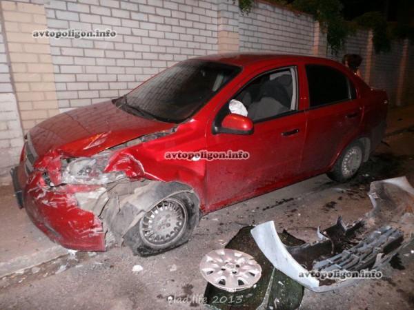 Неуправляемая Микра врезалась во встречный Chevrolet
