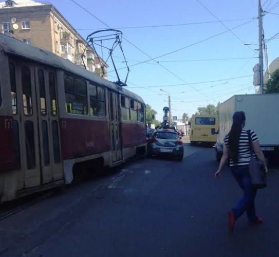 Opel столкнулся с трамваем