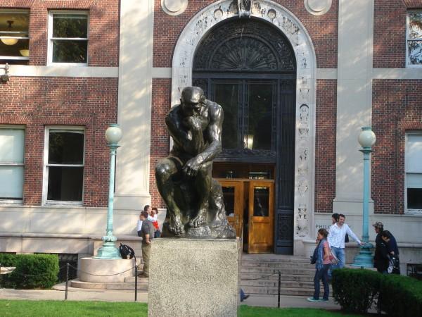 Известная скульптура «Мыслитель» (одна из копий) Родена перед зданием департамента философии