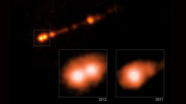 Изображения из рентгеновской обсерватории Chandra НАСА показывают, что черная дыра в галактике Мессье 87 выкидывает частицы, которые движутся со скоростью света.   Такие выбросы были обнаружены путем наблюдения изменений в рентгеновском излучении в областях вдоль струй черной дыры в период с 2012 по 2017 год.