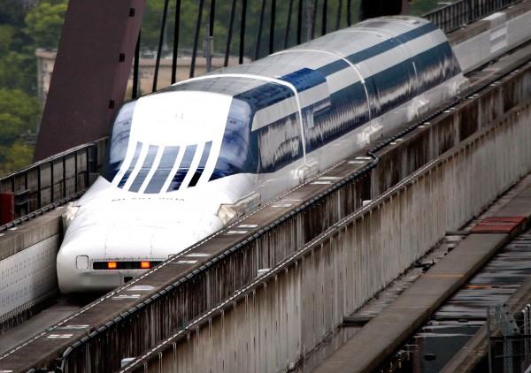 Поезд на магнитной подушке развивает скорость до 500 км/ч