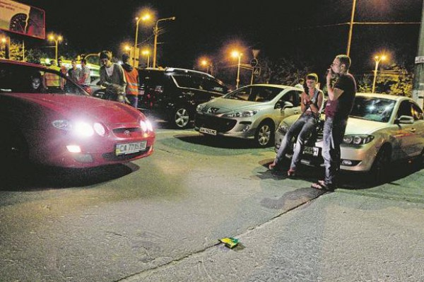 Недавно возле Лавры на гонку собрались примерно сто автомобилей