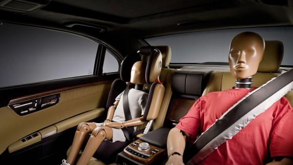 Ранее считалось, что самое безопасное место в автомобиле — по центру на втором ряду. Занять его, как видно на фото, можно далеко не всегда.