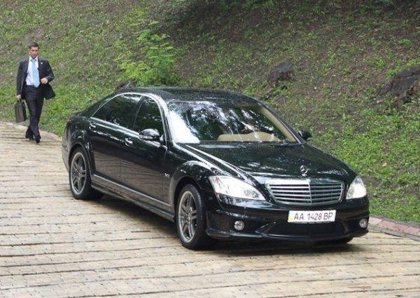 Московский патриарх Кирилл на своем Mercedes