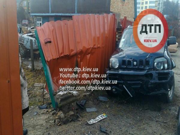 Suzuki таранила забор в Буче