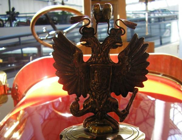 Такую эмблему имели классические авто завода Руссо-Балт