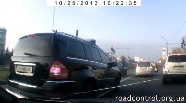 . Mercedes вынудил другую машину выехать на красный в зону перехода
