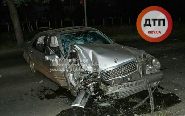 Mercedes уничтожился о столб