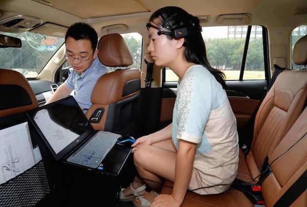 Китаянка управляла некоторыми функциями авто силой мысли