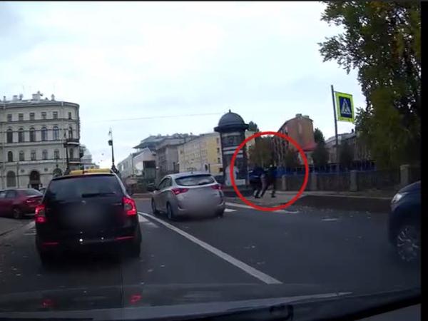 Водитель накинулся на пешехода