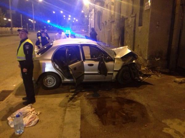 Lanos влетел в стену в Харькове