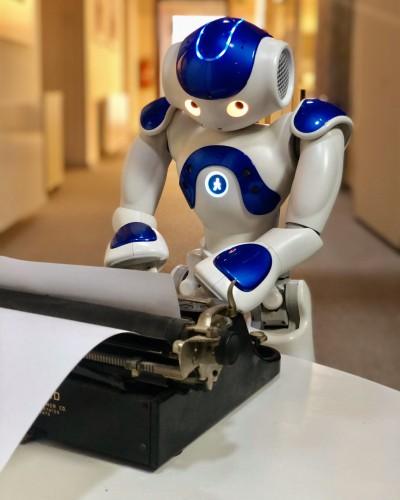 Раньше люди писали про роботов, а теперь робот напишет про людей