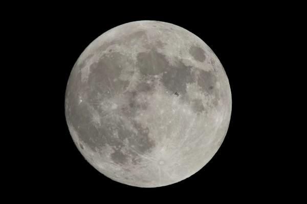 Пролет МКС на фоне Луны