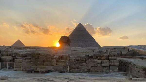 Солнце садится над правым плечом Сфинкса во время весеннего равноденствия в 2020 году