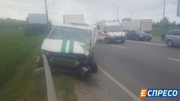 Легковое авто врезалось в инкассаторскую машину