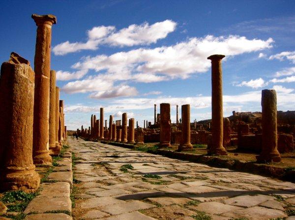 Дорога Timgad в Алжире